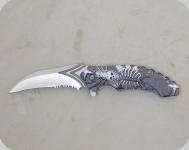 Couteau skull lame Crantée  de 9 cm